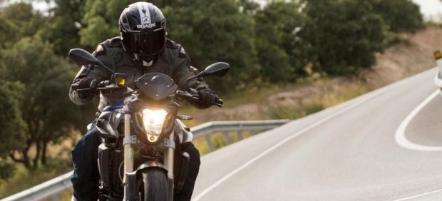 MOTORISTA CON CASCO INTEGRAL